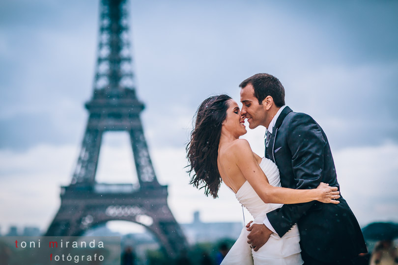 novios en paris en trocadero mirando torre eiffel