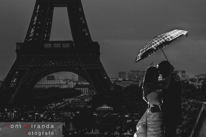 novios en torre eiffel lloviendo en paris