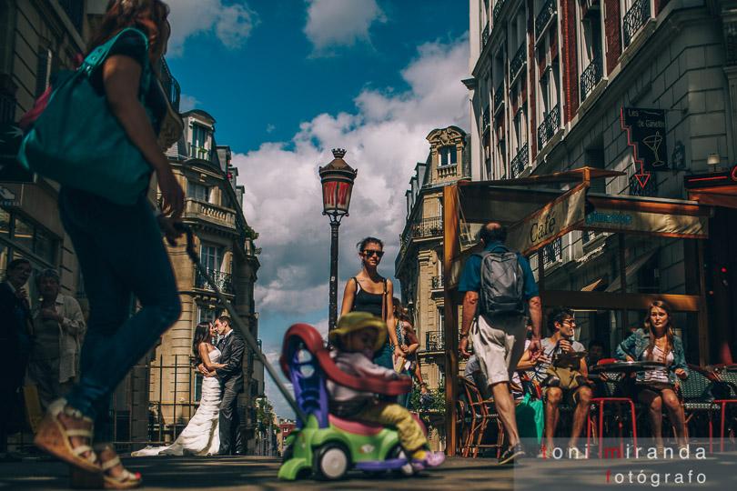 Novios en postboda de Paris en la montaña de montmartre