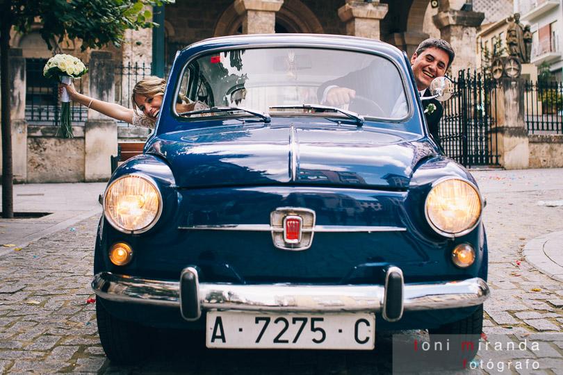 novios en coche antiguo en alcoy
