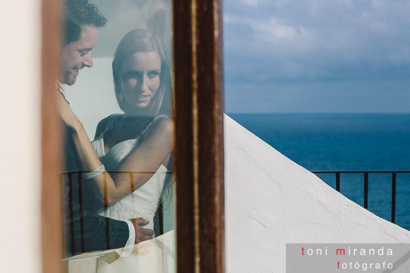 novios en Jávea en postboda viendo el mediterráneo