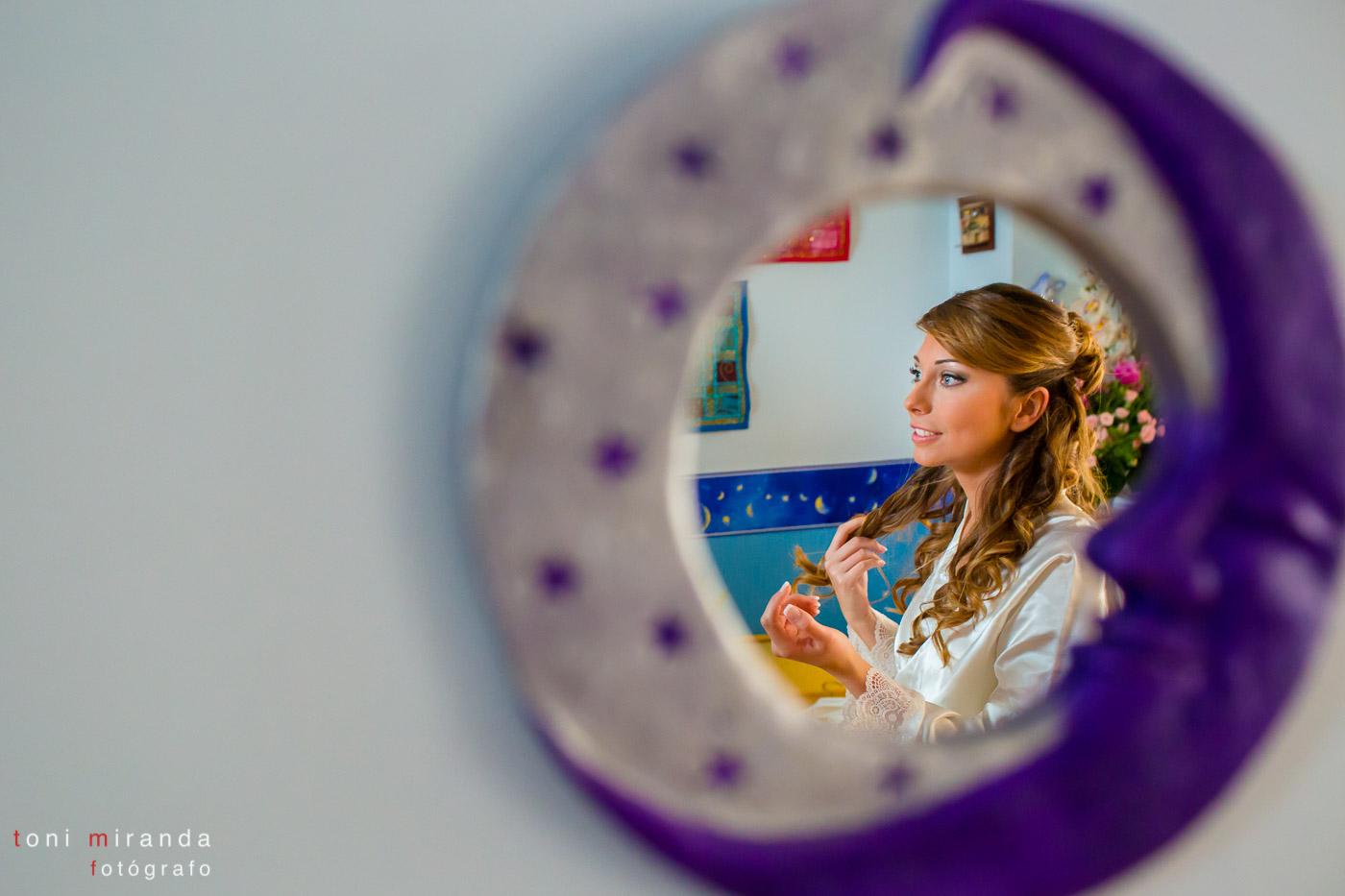 novia reflejada en espejo de su cuarto