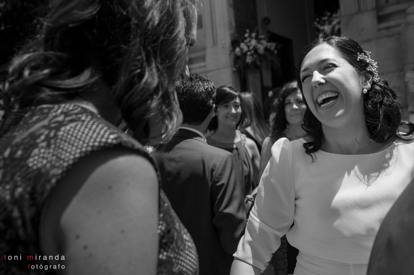 novia sonriendo feliz en la puerta de la iglesia