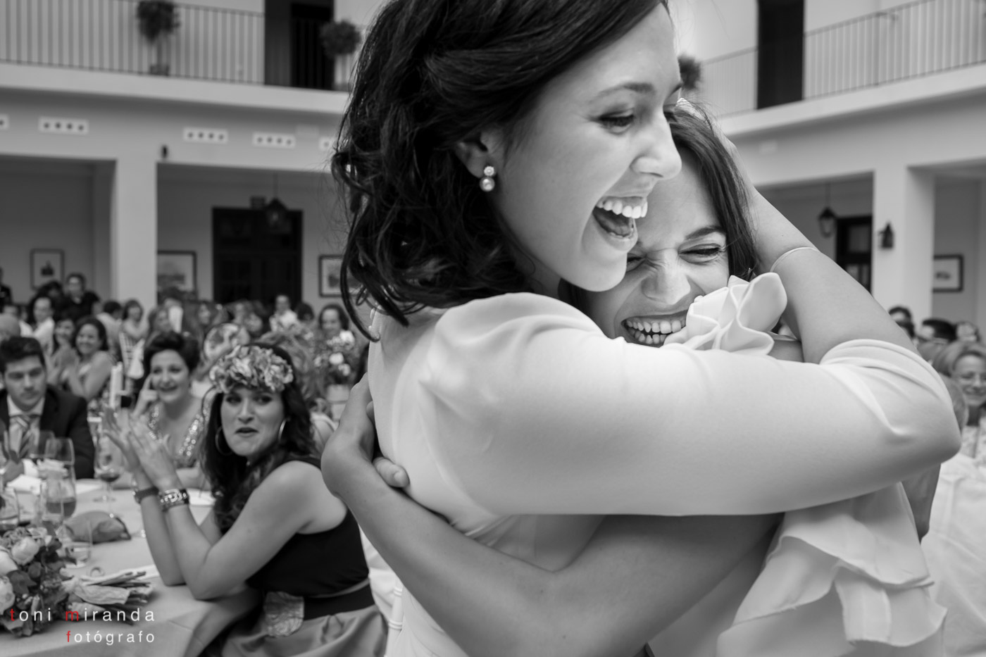 relago de la novia a la amiga en el banquete felices sonriendo abrazadas