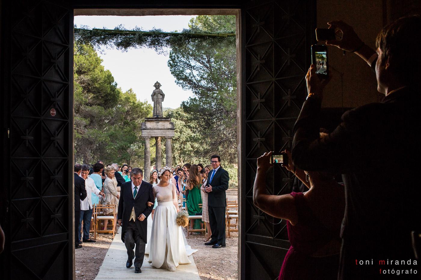 novia entrando a la ermita de polop