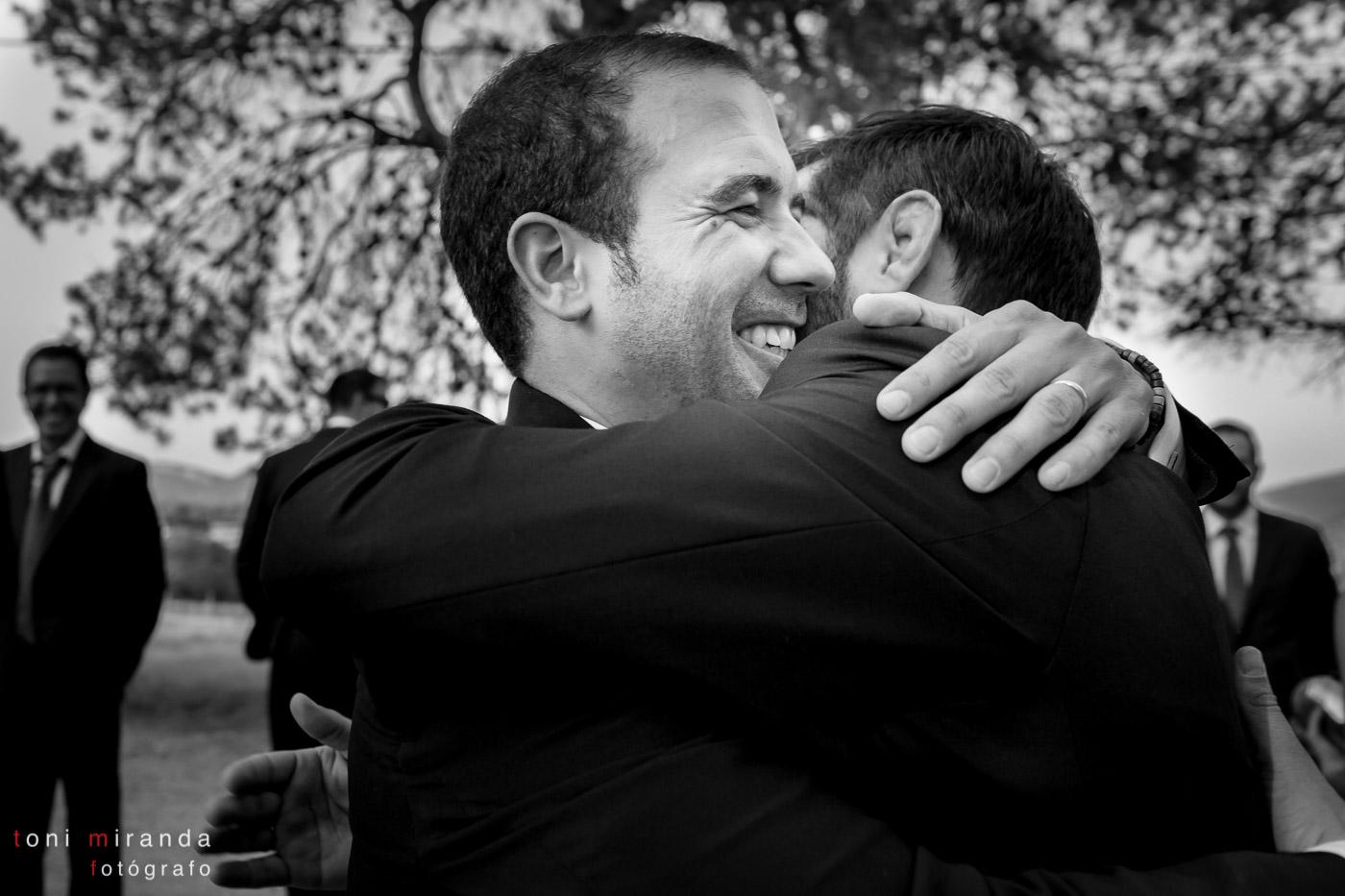 novio abrazado a primo fuera de la ermita de polop