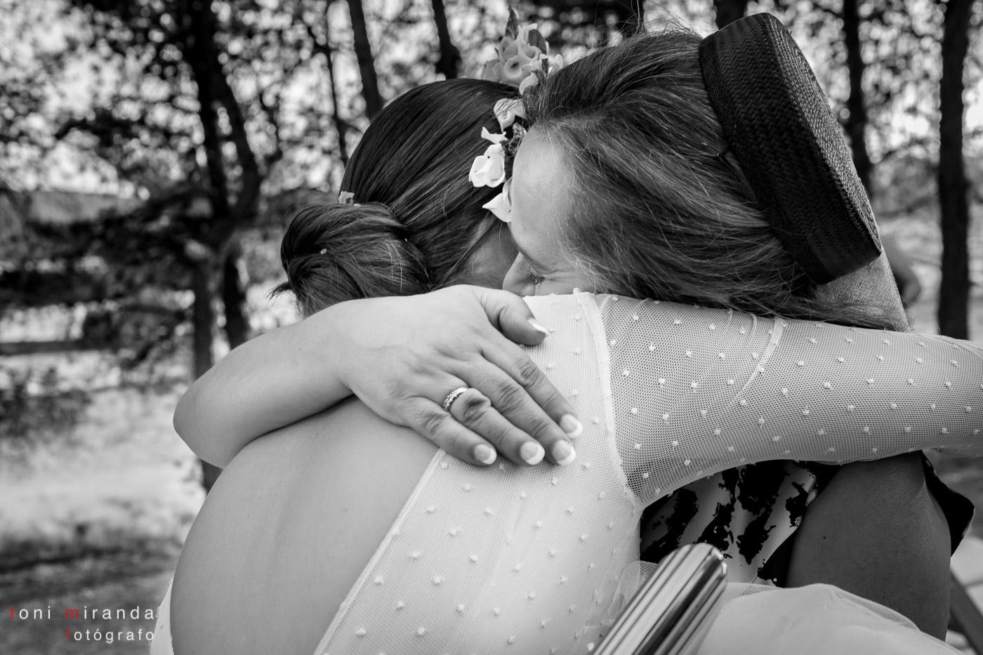novia abrazada a madre fuera de la ermita de polop