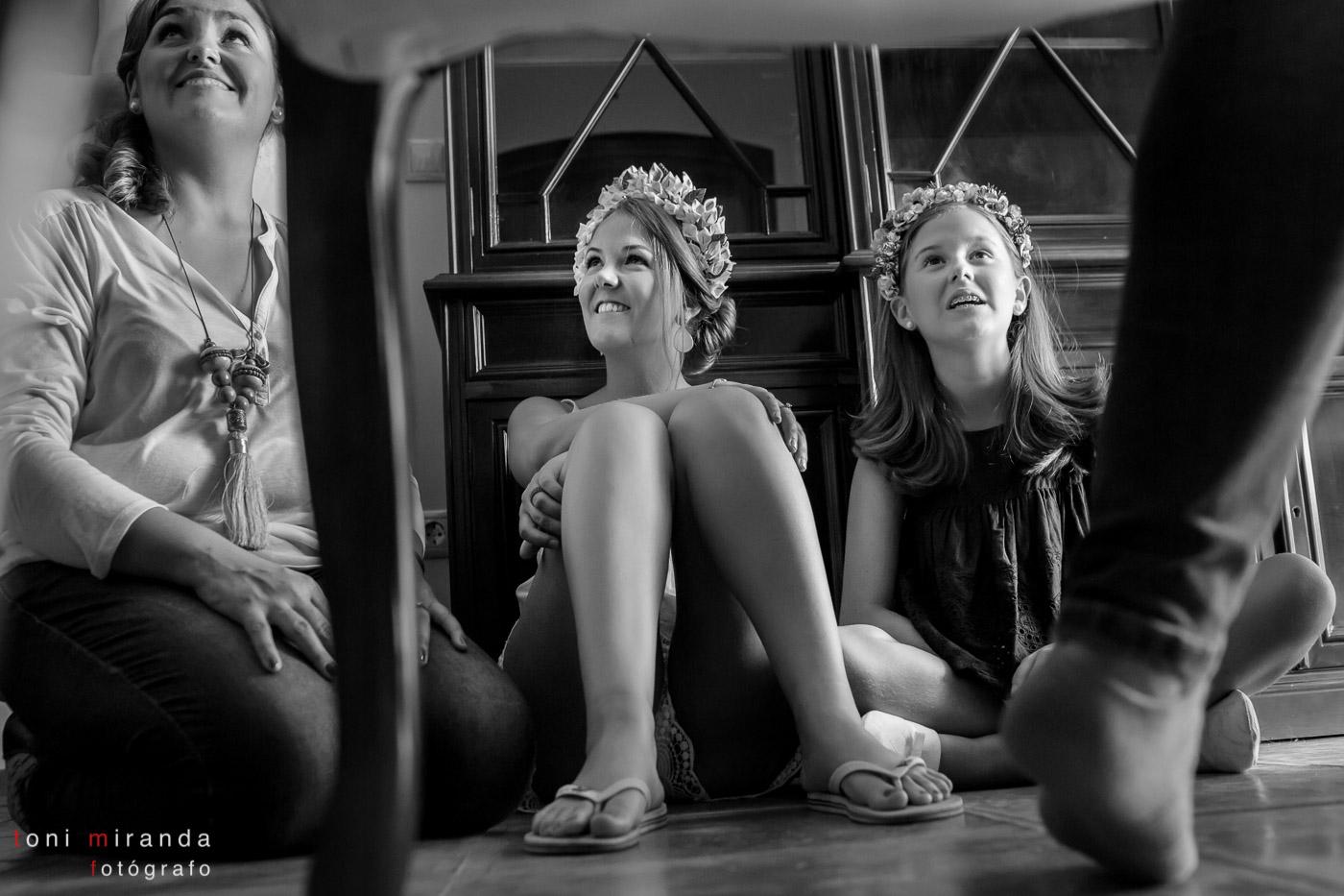novia con hermana sentada en el suelo hablando