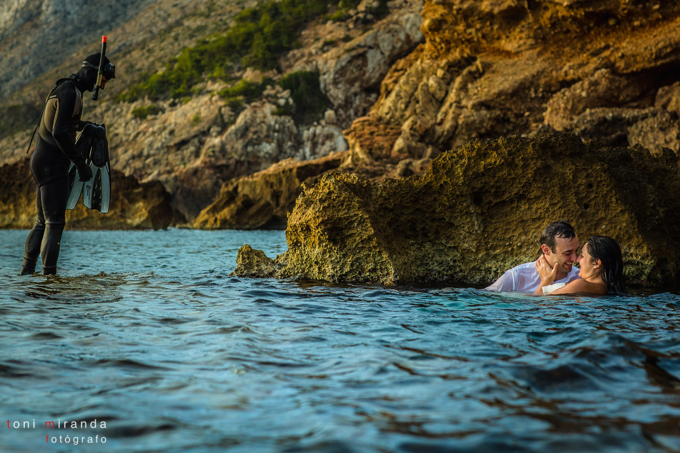 Postboda con novios con buzo en mar