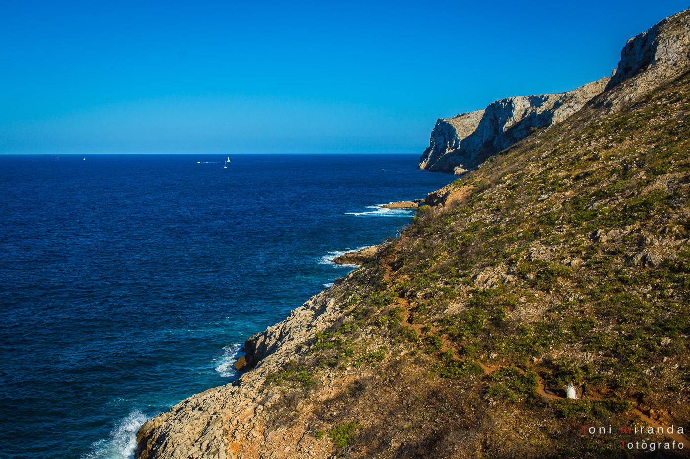 nocios caminando por la montaña en la costa mediterránea