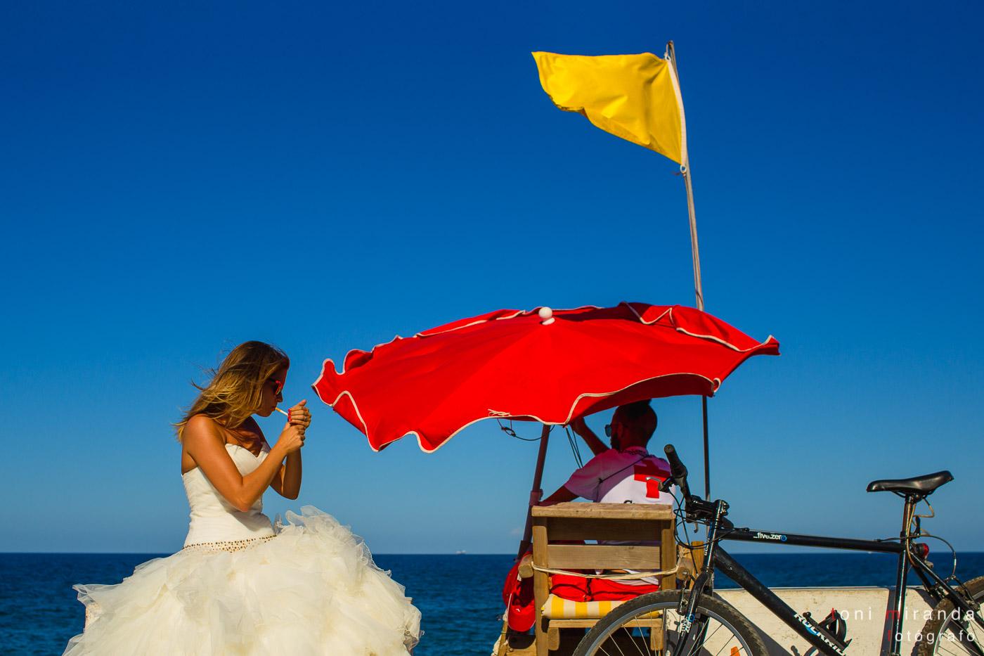 novia fumando junto a socorrista en les rotes de denia