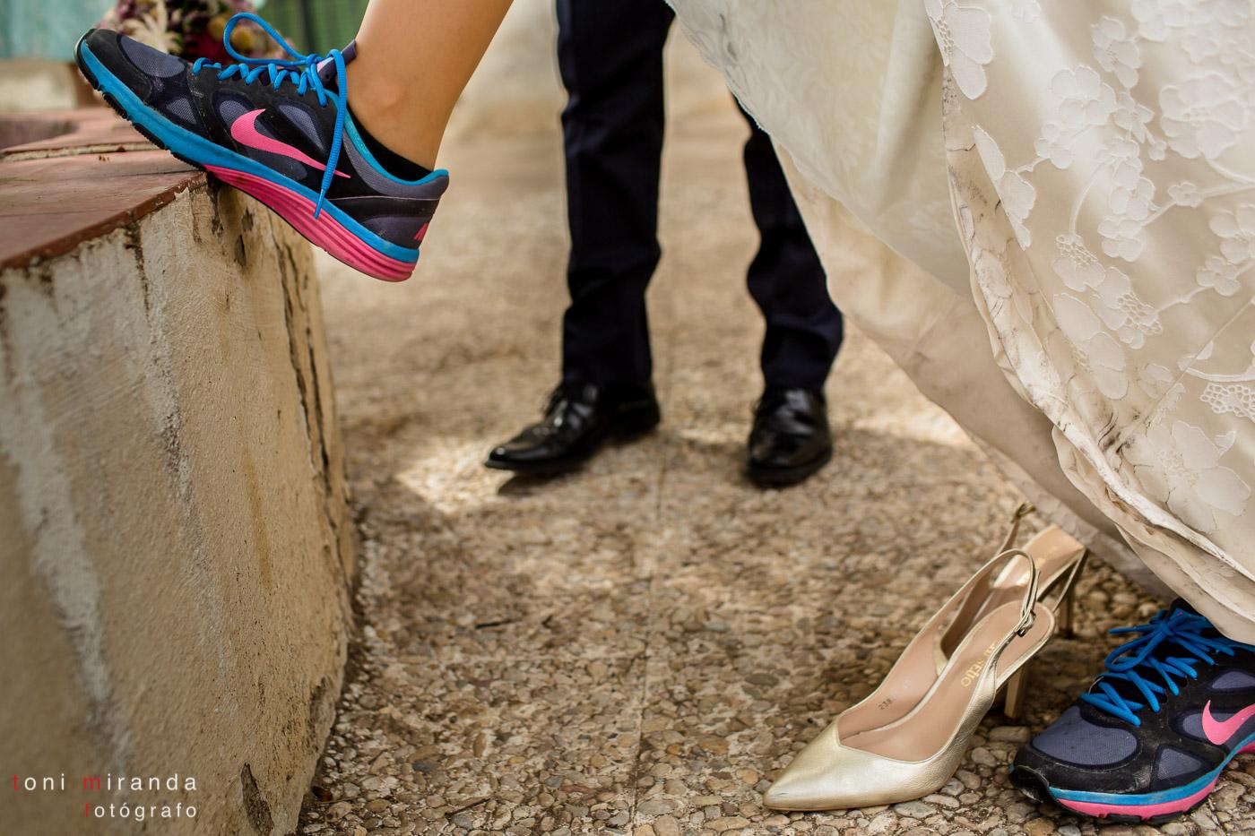 Novia poniéndose zapatillas de deporte uva de mesa embolsada del Vinalopó
