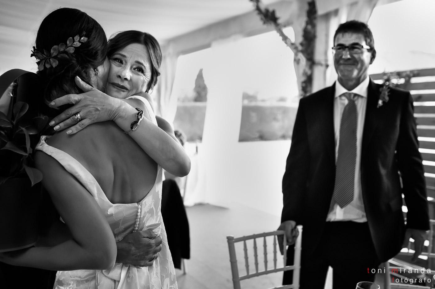 Novia y su madre abrazándose emocionadas