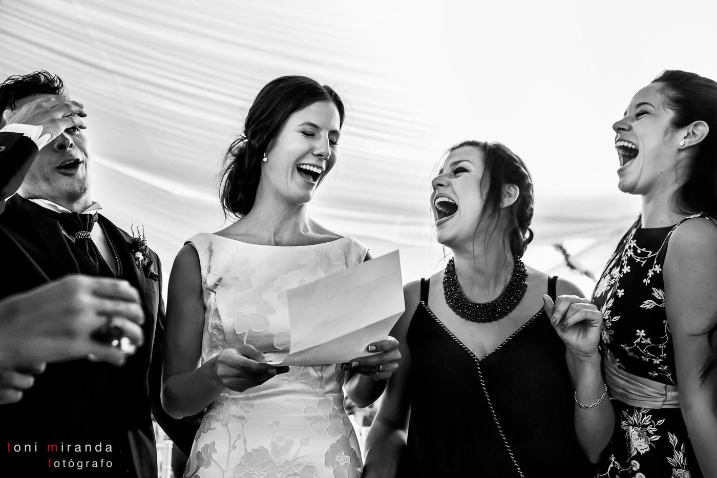 Novios divirtiéndose en banquete de boda en Aspe
