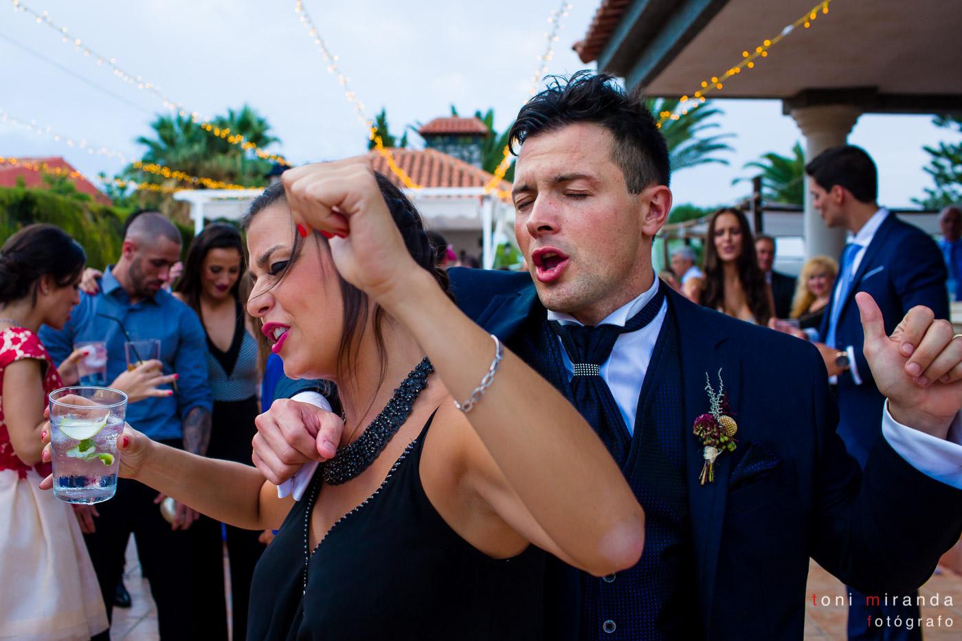 Baile de novio con amiga en banquete de boda en Aspe
