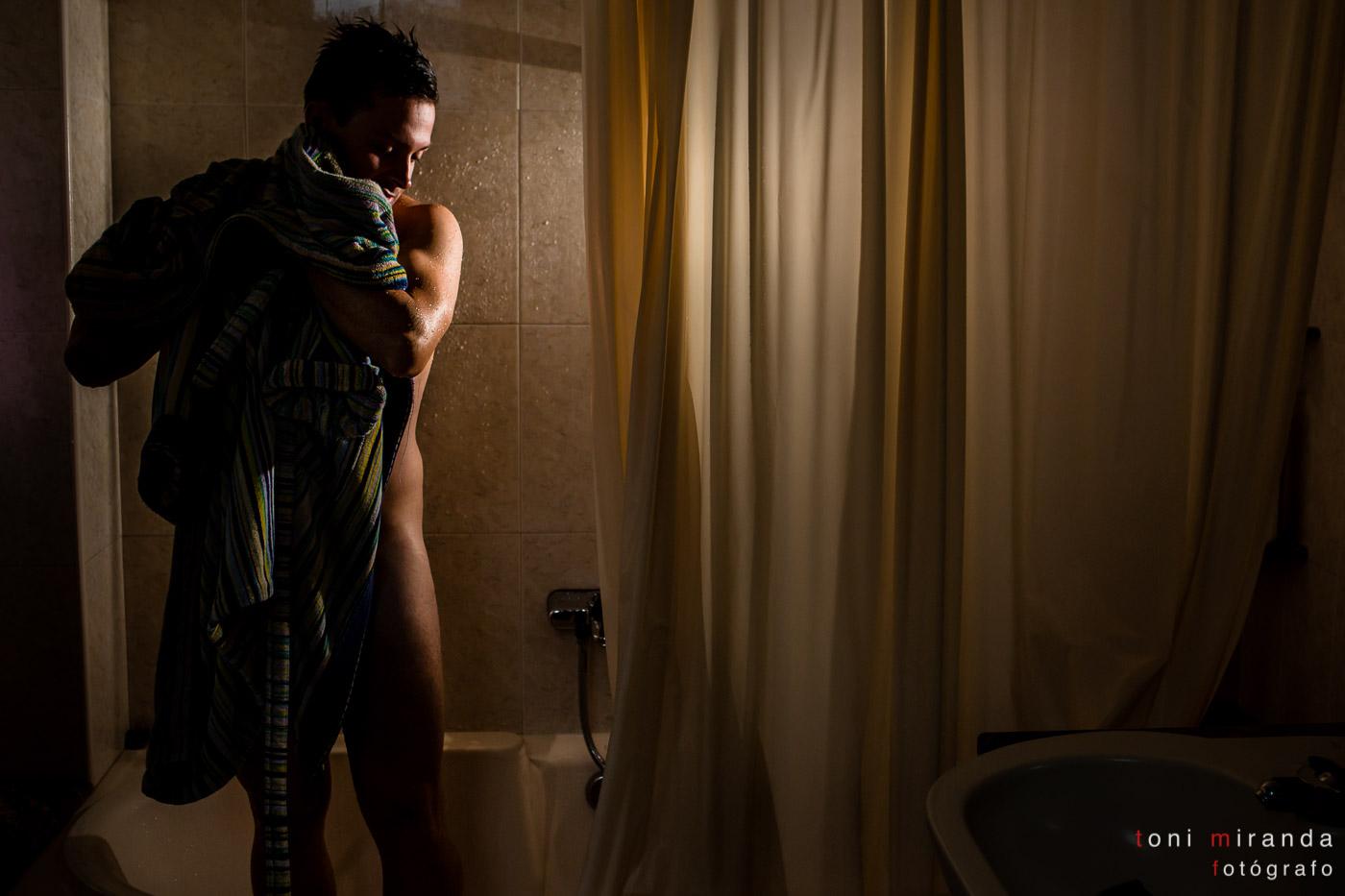 novio saliendo de la ducha en Aspe