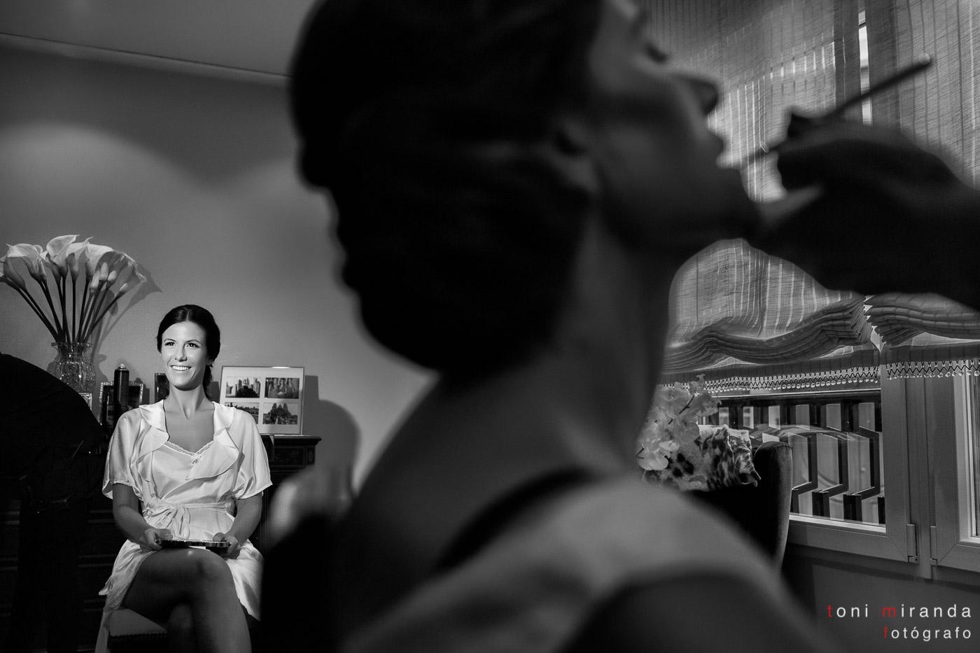Novia maquillándose en boda de Aspe en Alicante