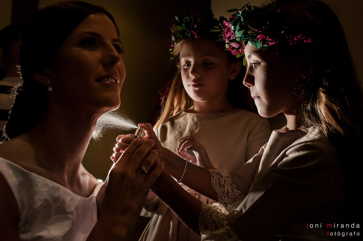 Preparativos de la novia con sobrinas tirando perfume
