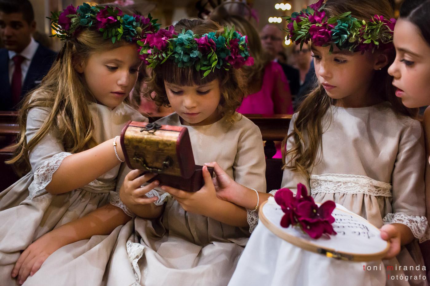 Niñas en iglesia con anillos y arras en la Basílica de Nuestra Señora del Socorro de Aspe
