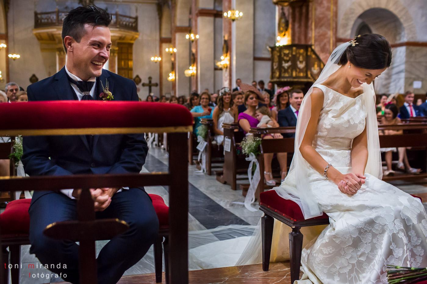 Novios riendo en su boda en la Basílica de Nuestra Señora del Socorro de Aspe