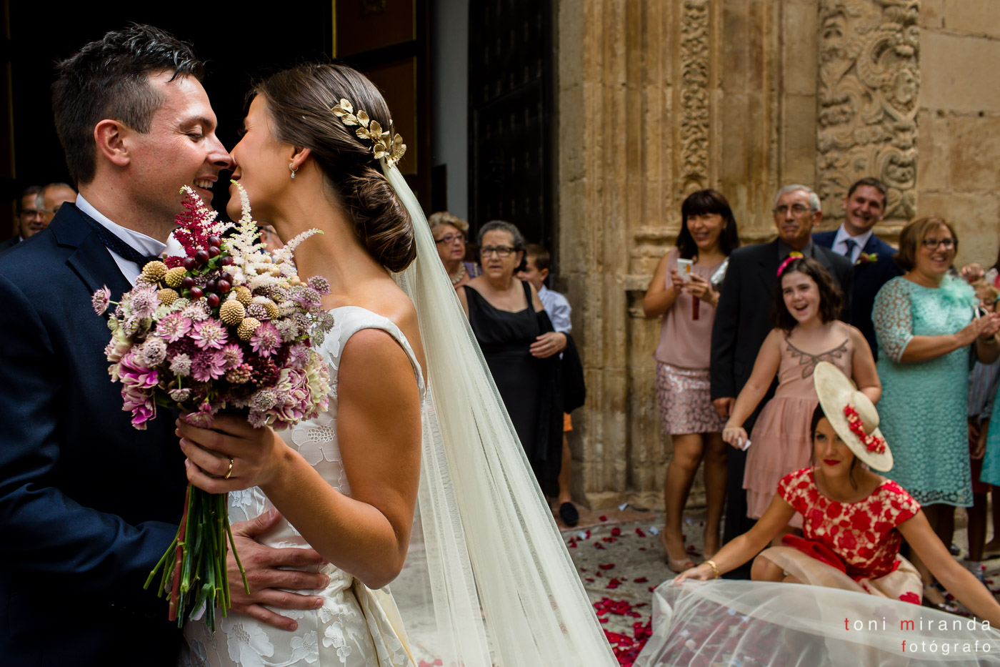 Beso a la salida de la Basílica de Nuestra Señora del Socorro de Aspe
