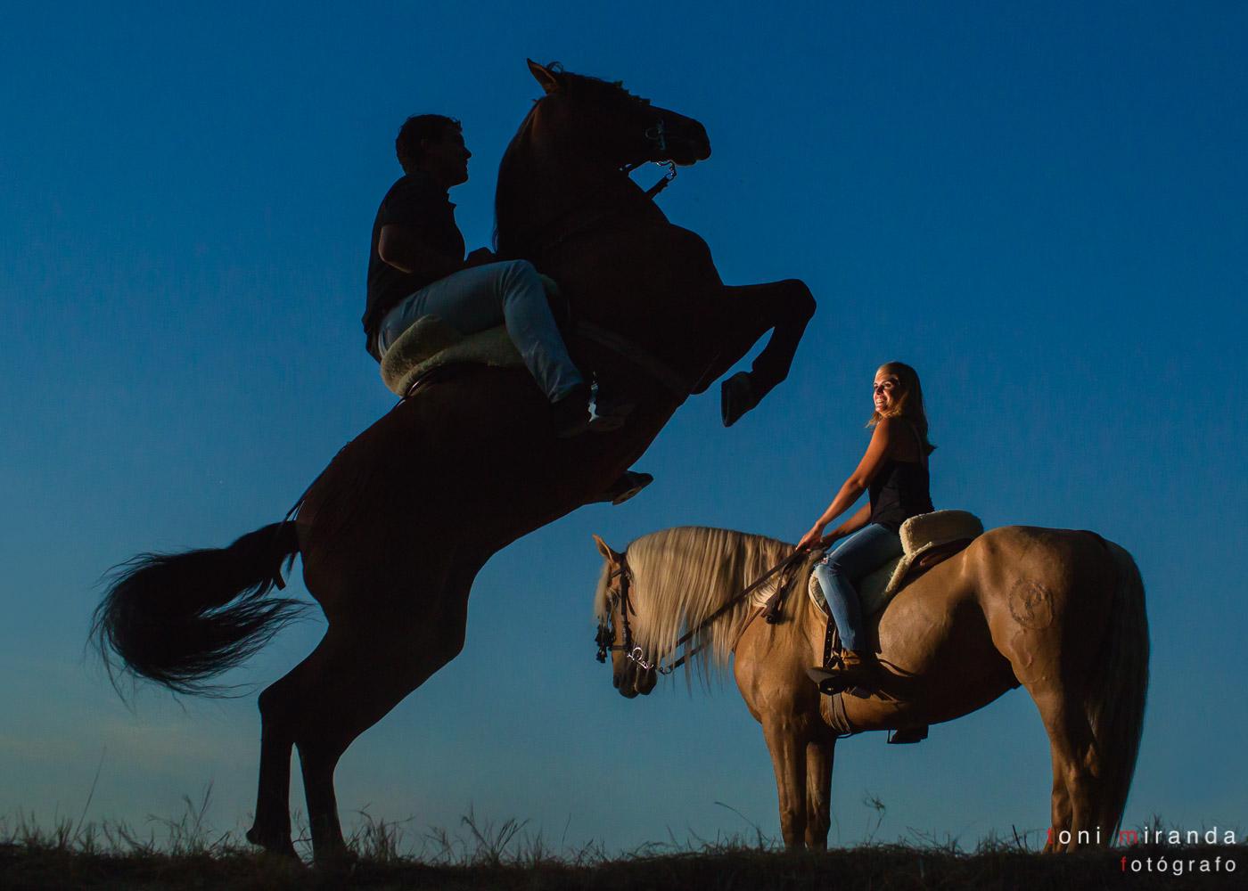 preboda con novios levantando caballo cuadra peluca