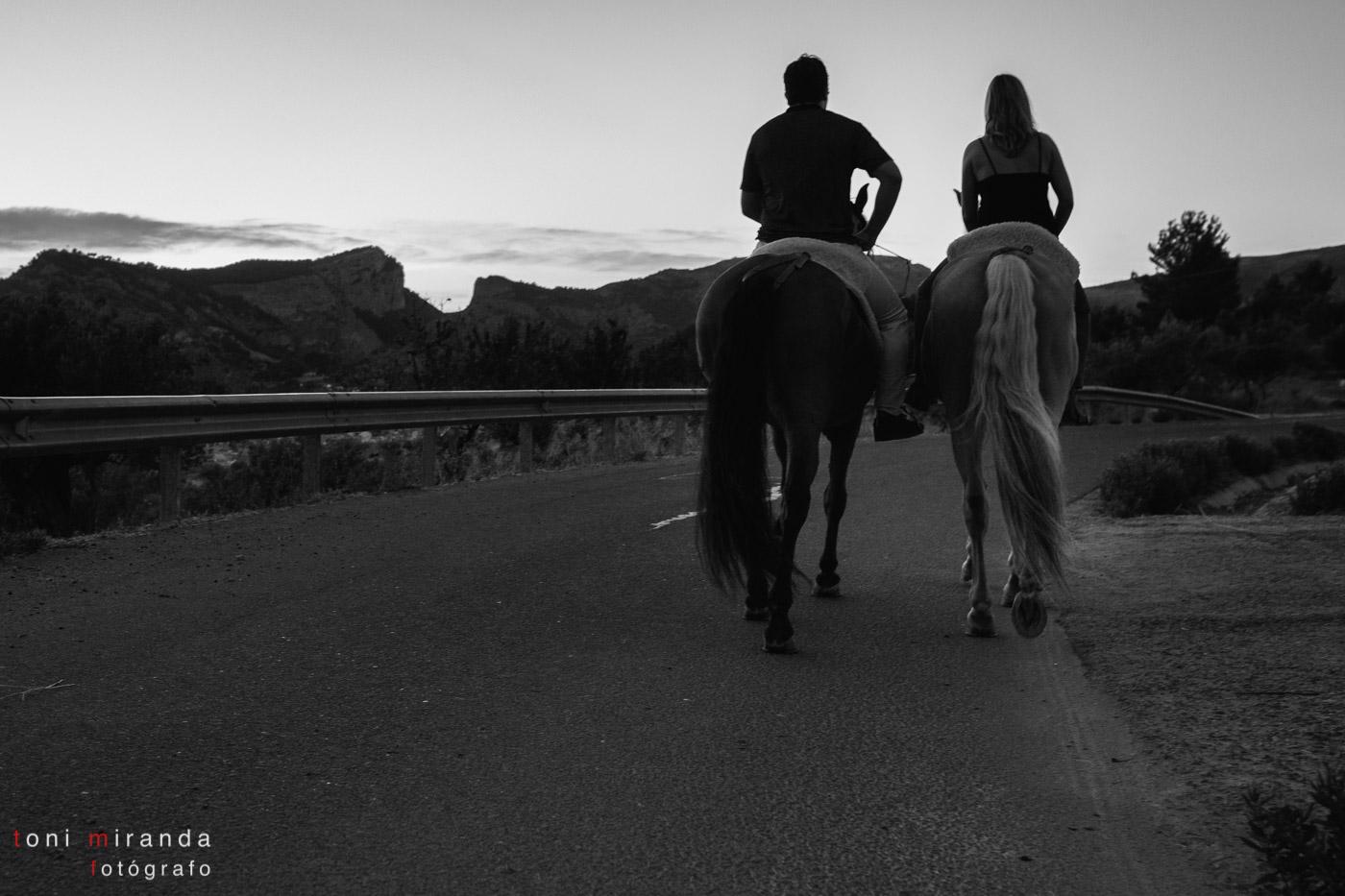 novios a caballo en barranco del cinc alcoy