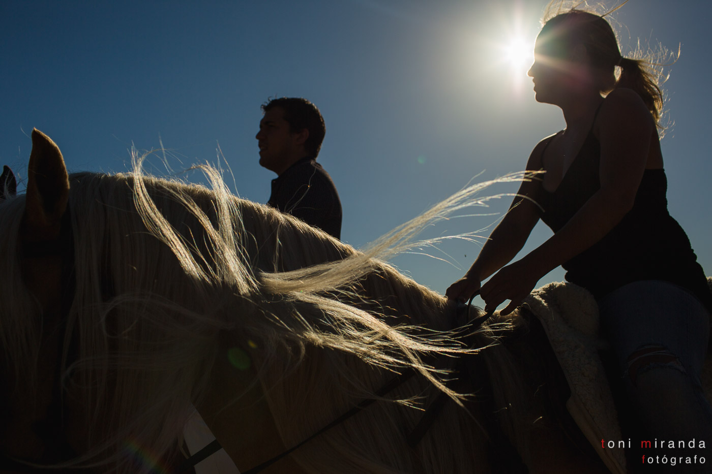 novios a caballo en contraluz