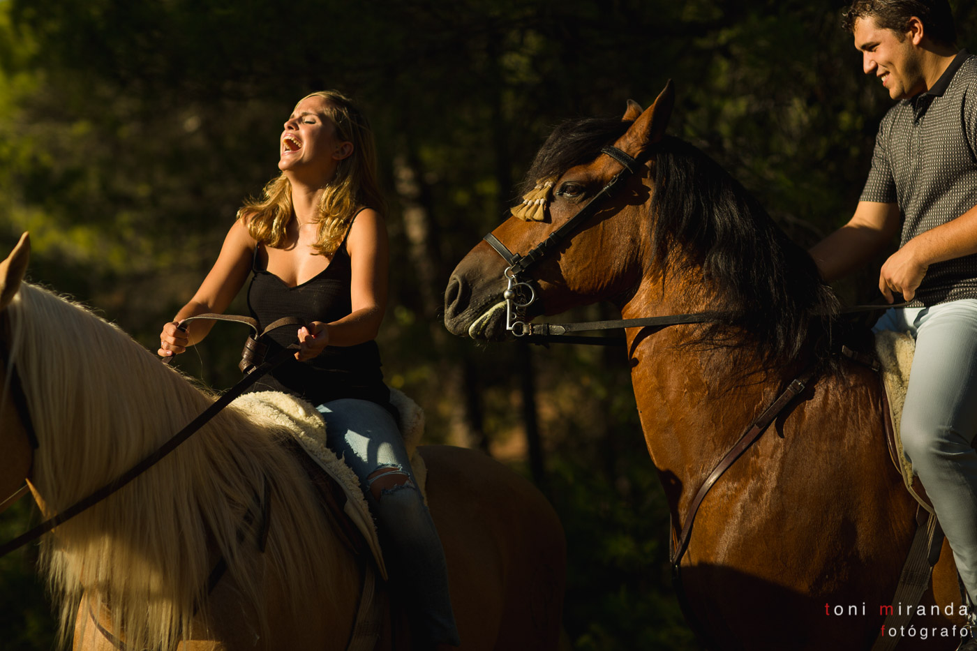 novia riendo en preboda a caballo
