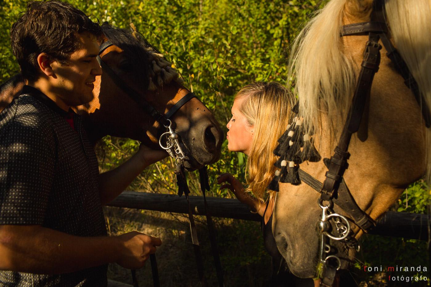 novia besando a caballo