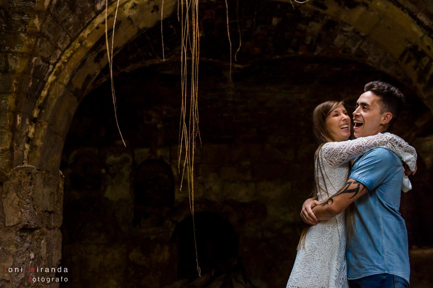 novios en preboda en edificio en ruinas en Alcoy