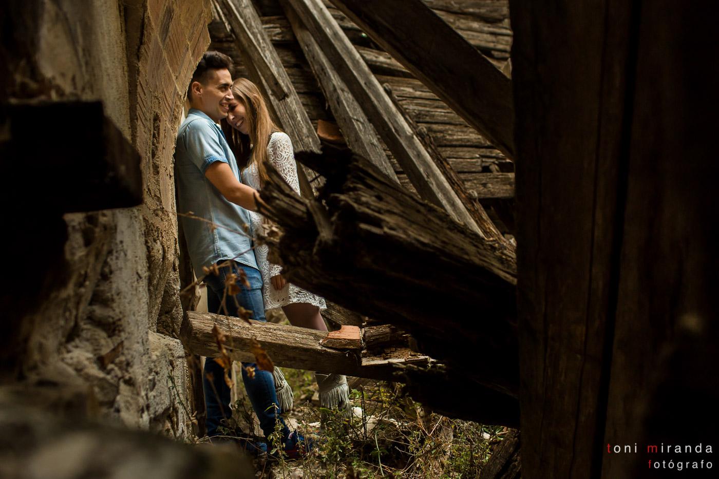 novios felices en edificio antiguo en ruinas de Alcoy