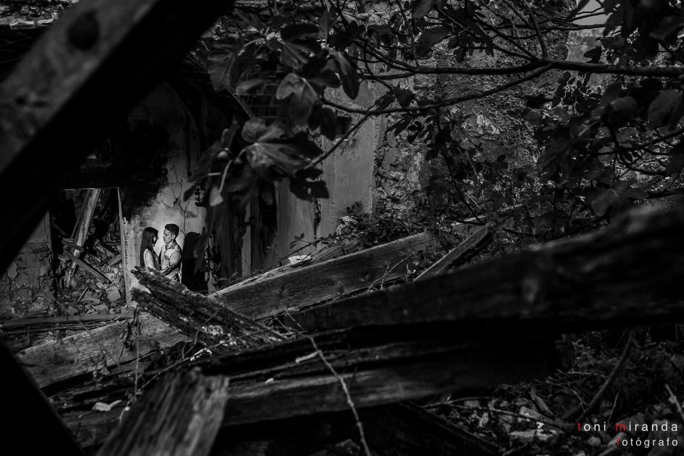 novios en edificio antiguo en ruinas de Alcoy