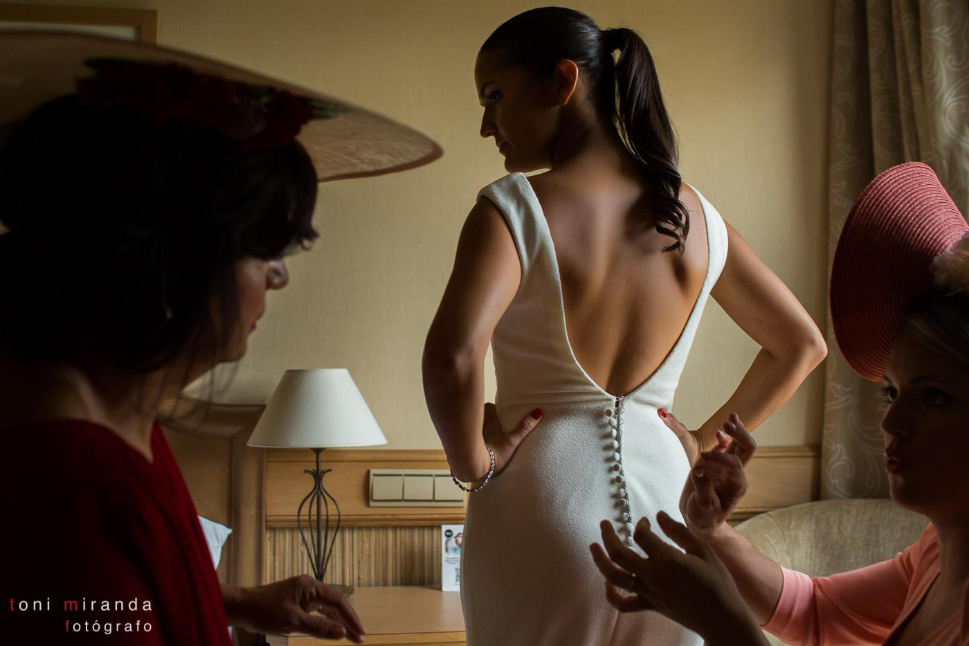Novia poniéndose vestido en hotel Villa Gadea de Altea