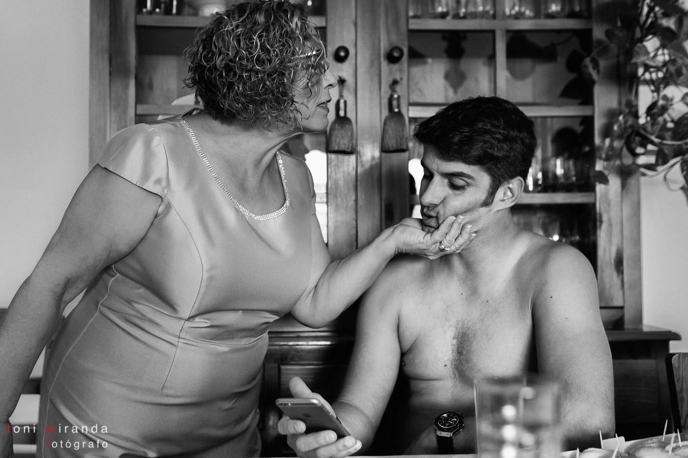 novio con su madre en casa de altea