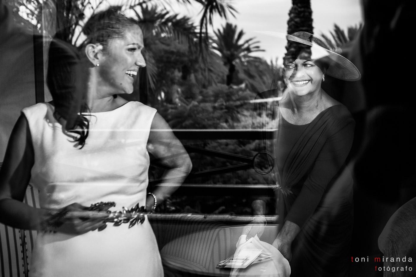 Novia vistiéndose con madre en hotel Villa Gadea de Altea