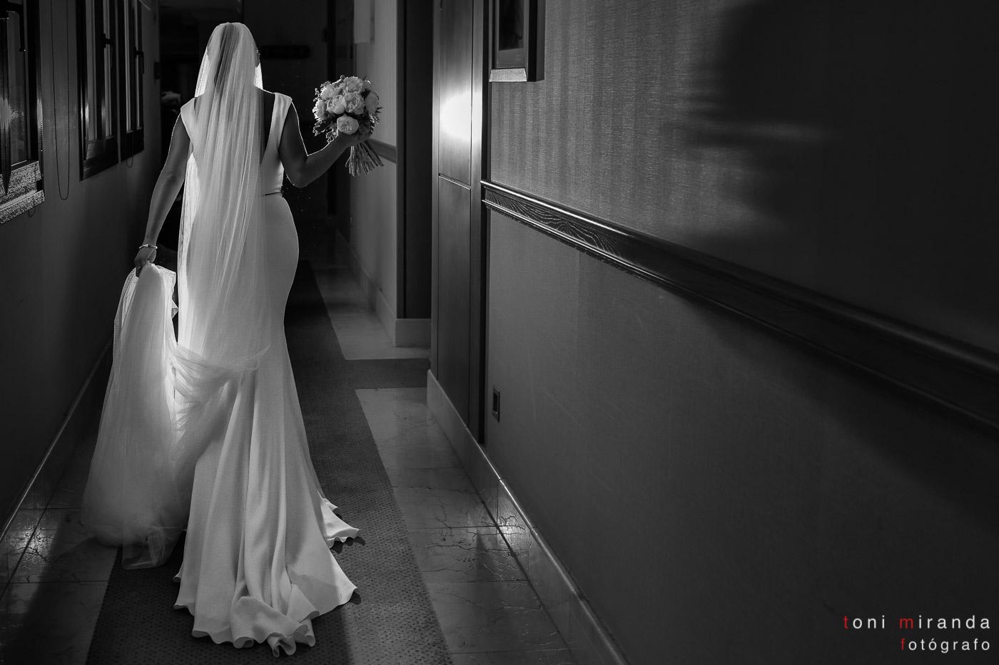 Novia saliendo del hotel Villa Gadea de Altea