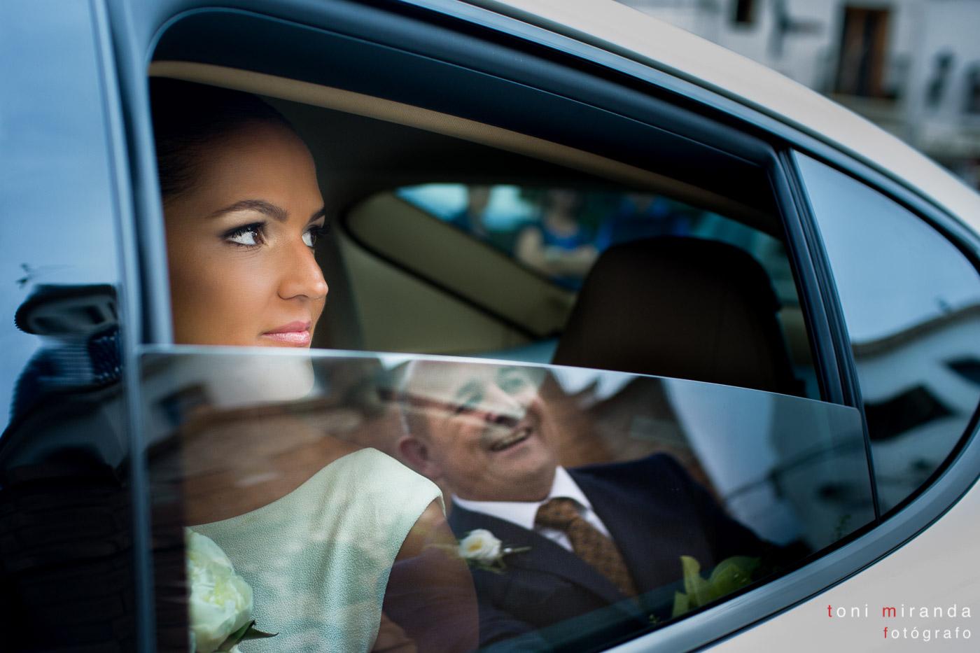Novia en coche Porche en iglesia de Altea