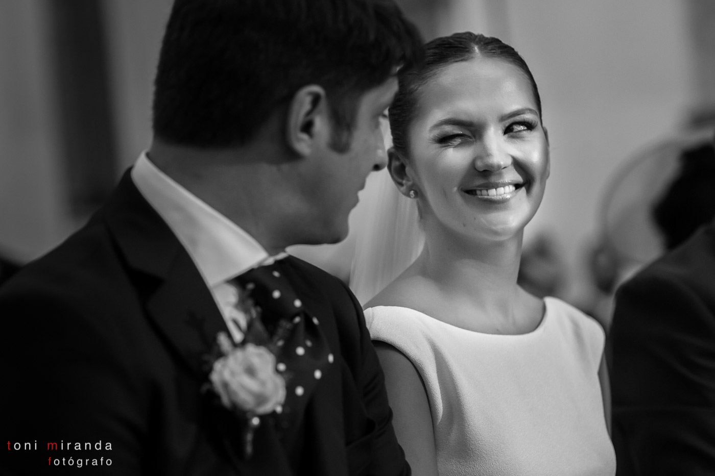 novia feliz casándose en iglesia de Altea