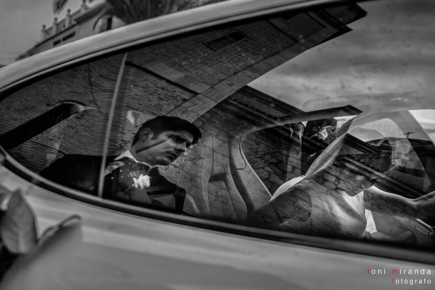 novios entrando en coche fuera de la iglesia de Altea