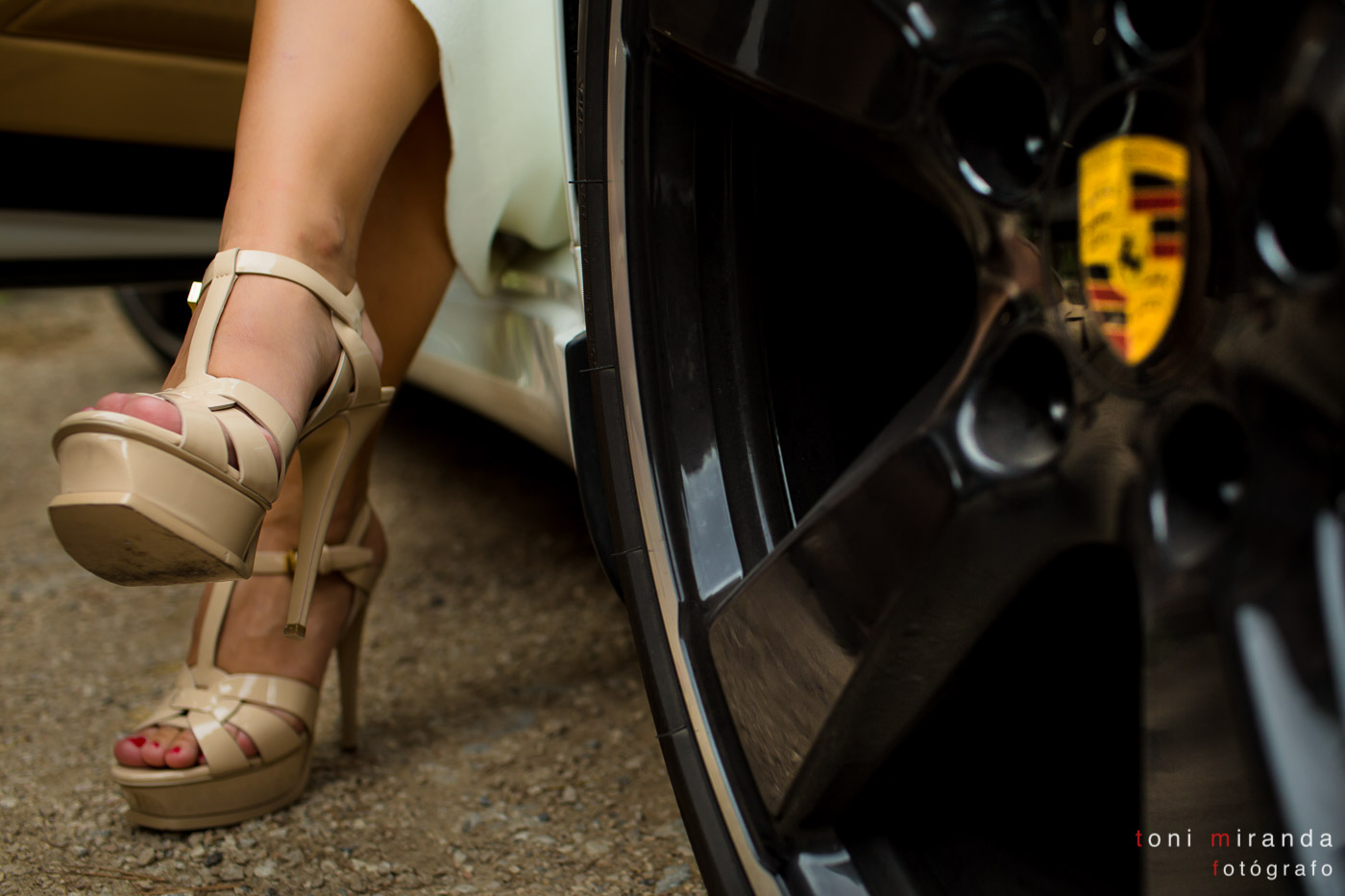 zapatos de novia Yves Saint Laurent junto rueda de Porche
