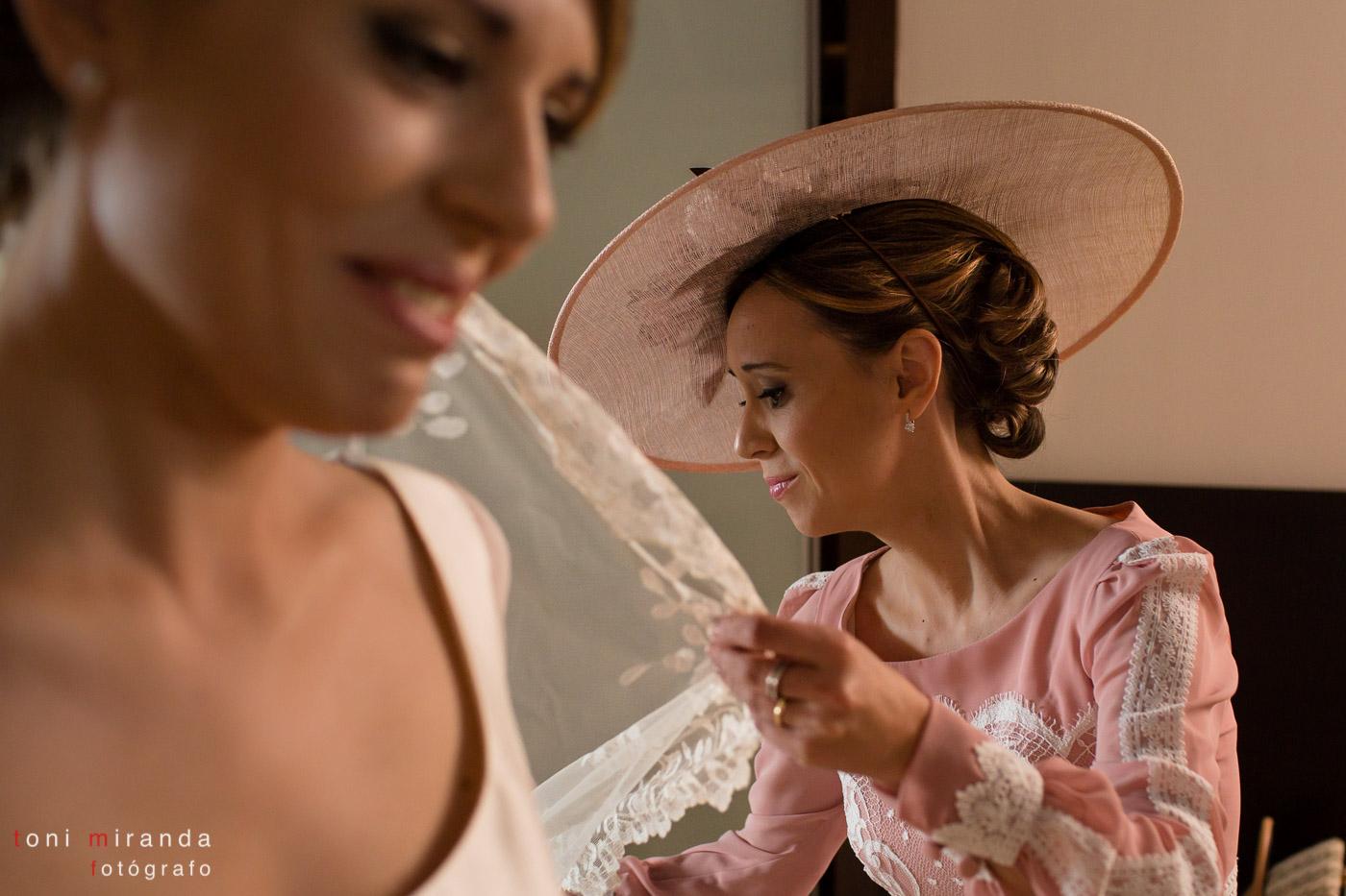 Preparativos novia ayudada por sus amistades en hotel Solymar de Calpe