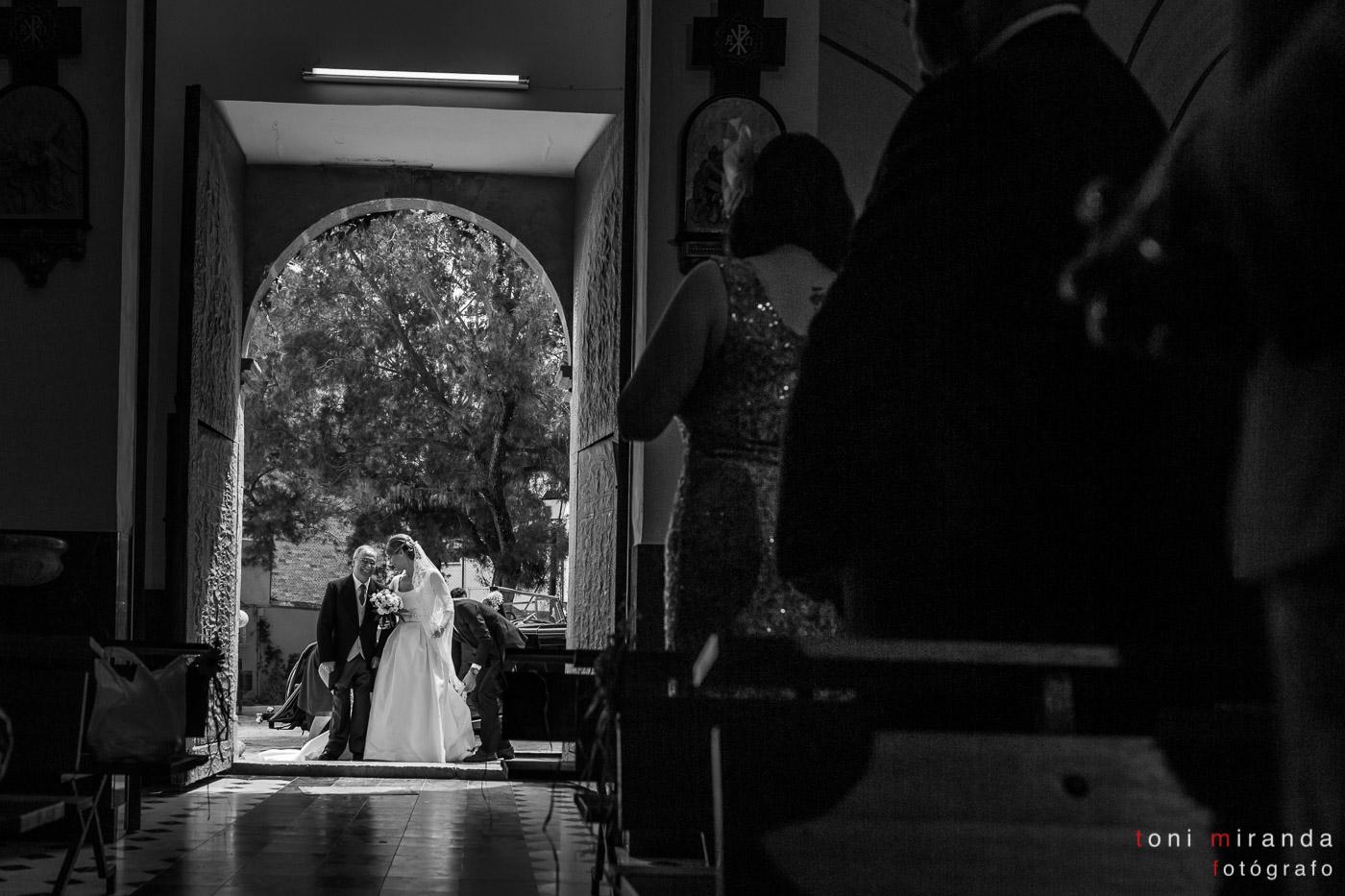 Entrada de la novia acompañada del padrino a la Iglesia del Convento de Benissa