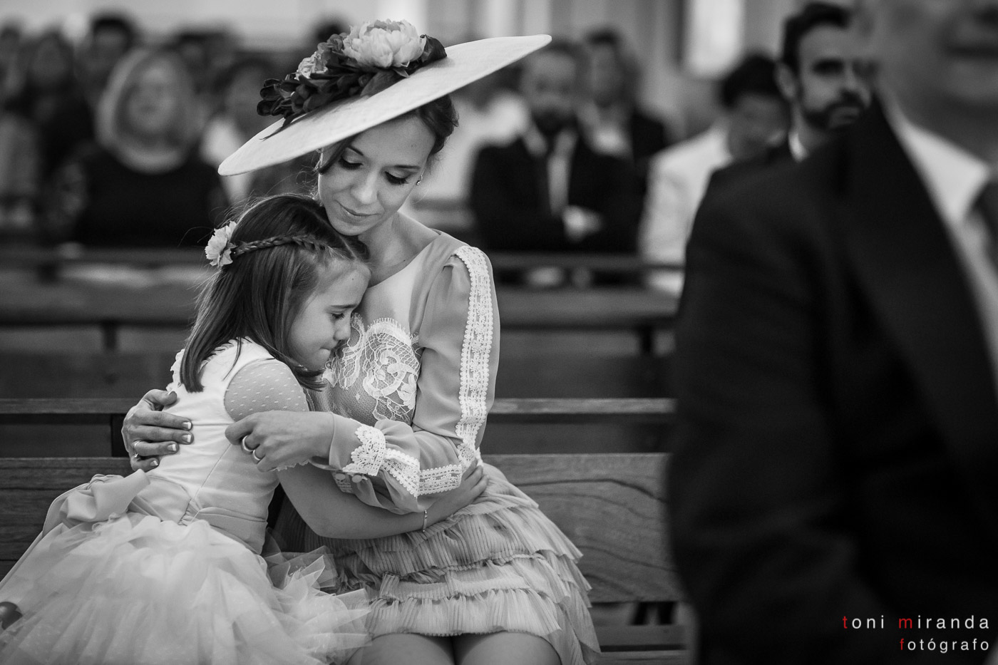 Niña emocionada durante la celebración de boda en Iglesia del Convento de Benissa