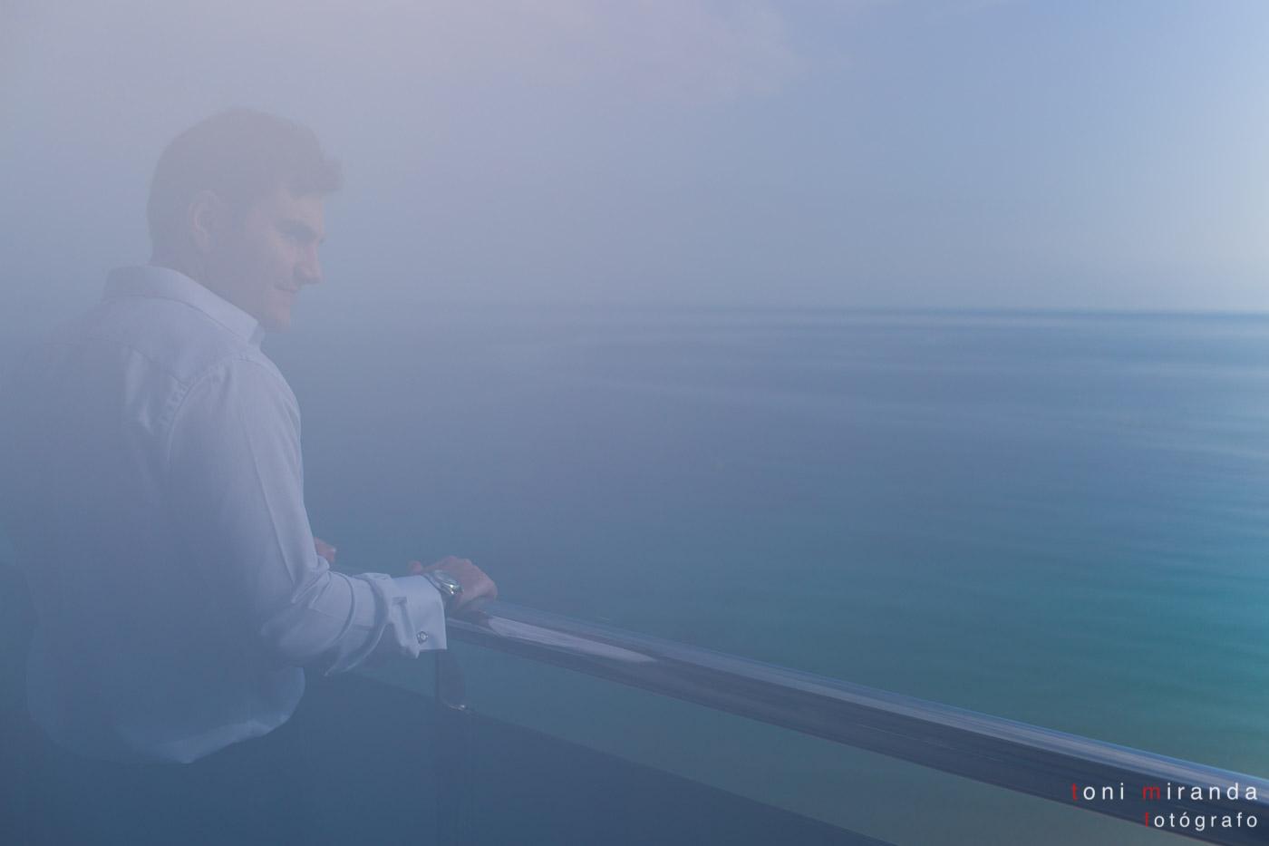 Novio en balcón hotel Sol y Mar de Calpe entre la bruma
