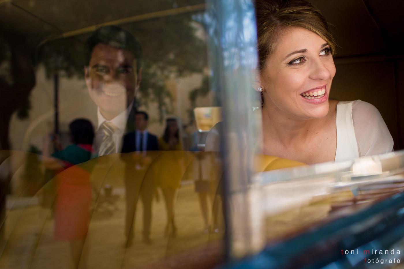 Recién casados en el vehículo nupcial camino del banquete