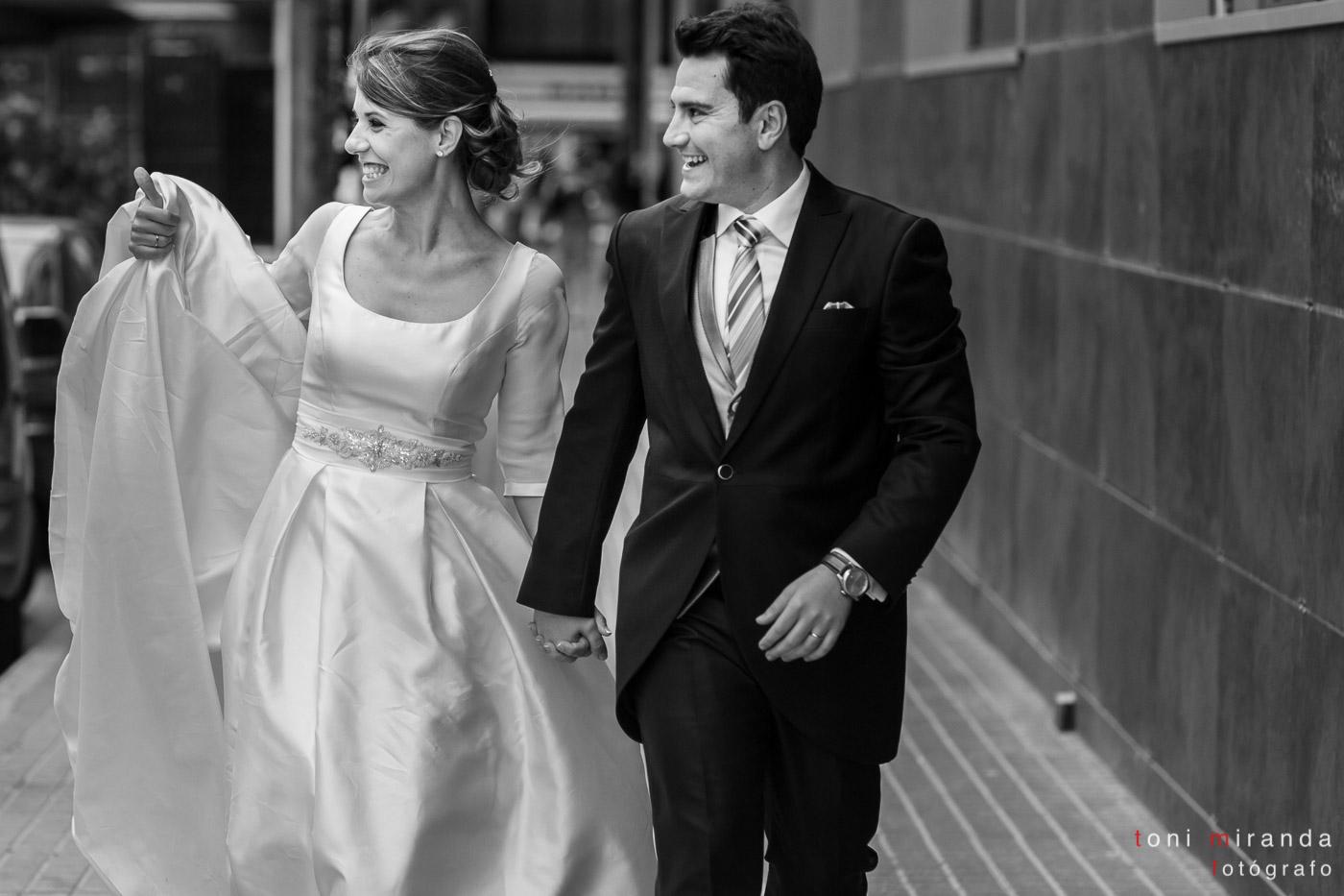 Recién casados camino al banquete de su boda en el Hotel Solymar de Calpe, Alicante