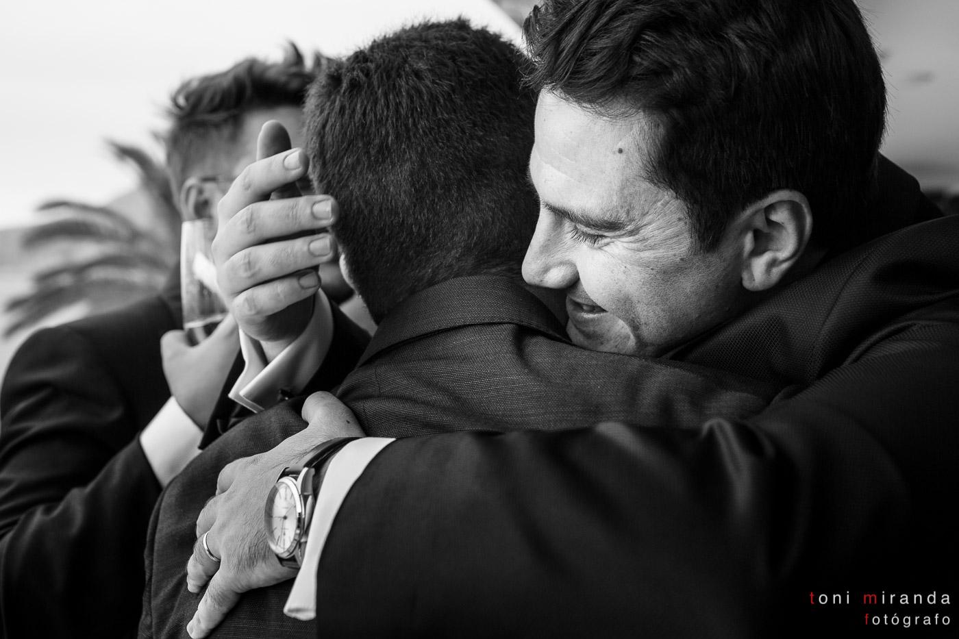 Emotivo abrazo al novio tras ceremonia de boda en Alicante