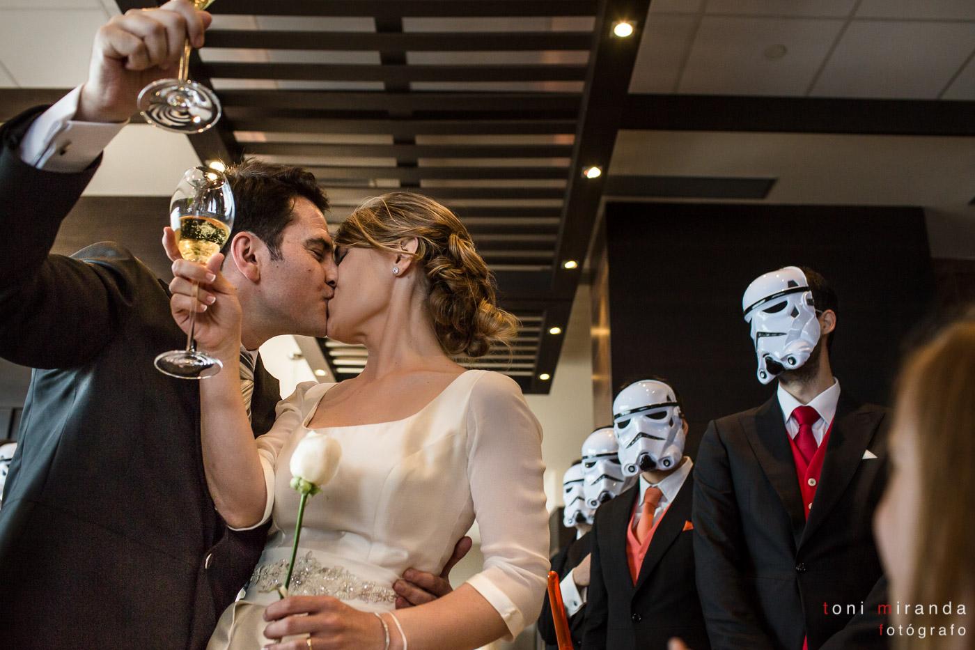 Beso de recién casados ante invitados caracterizados de caballeros Jedi banquete en hotel solymar de calpe