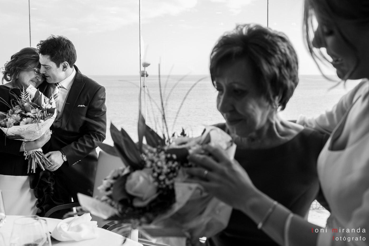Novios entregando ramo flores a emocionadas madres en banquete boda celebrado en Hotel Solymar de Calpe